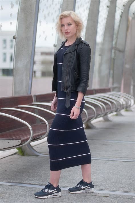 OUTFIT / MIDI DRESS & SNEAKERS - RED REIDING HOODRED